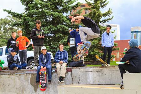 competencia: CALGARY, Canad� - 21 de junio 2015: Los atletas tienen un concurso de skate amistoso en Calgary. La ley de California requiere que cualquier persona menor de 18 a�os para usar un casco al montar en monopat�n.