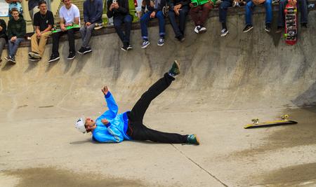 CALGARIE, CANADA - 21 JUNI 2015: Atleten hebben een vriendschappelijke skateboardcompetitie in Calgary. Californië wetgeving vereist dat iedereen jonger dan 18 jaar een helm draagt ??tijdens het rijden op een skateboard. Redactioneel
