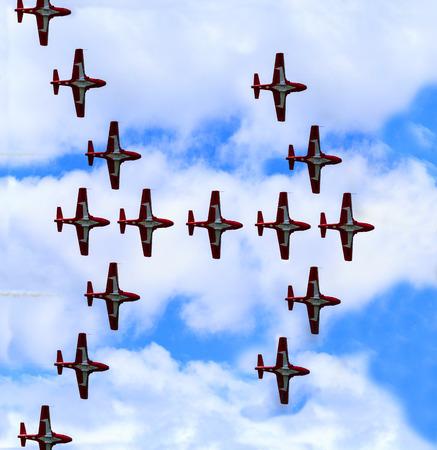 LETHBRIDGE CANADA - 25 Giugno 2015: La dimostrazione della squadra Snowbirds dimostrare l'abilità, la professionalità, il lavoro di squadra e del personale delle forze canadesi durante i Wings Over Lethbridge.