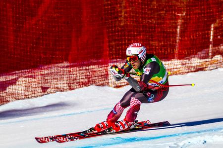 LAKE LOUISE, ALBERTA CANADA - OCT.29.2015. : 64 entrée officielle accélère sur le parcours pendant la course de l'Audi FIS de ski alpin Coupe du monde masculine. La vitesse moyenne est de 132 kmh pendant la course. Banque d'images - 51216743