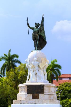 bandera panama: Vasco Nunes - Balboa del monumento en la Ciudad de Panam�, Panam�. Descubridor del Oc�ano Pac�fico.