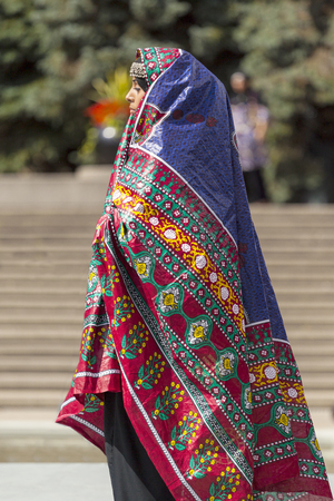 bailarinas arabes: CALGARY CANADA DE JULIO DE 10 2014: Modelos de caminar pista en el festival �rabe en Calgary Olympic Plaza El festival celebra la profundidad y la diversidad de las culturas en todos los pa�ses �rabes. Este festival fue el primer a�o y los organizadores esperan que sea una RNA Editorial