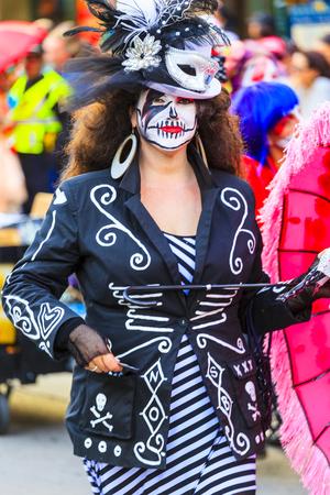 ニユー ・ オーリンズの米国 2016 年 2 月 1 日: 新しい Orleans.People の通りのマルディグラのパレードが夢中になって祝われます。マルディグラは、ニュ