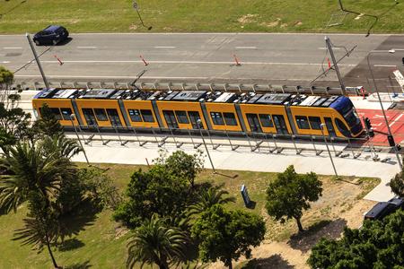no correr: GOLD COAST AUSTRALIA - 5 de abril: Las novedades de tren ligero en la realizaci�n de la prueba (todav�a no abierto al p�blico), en virtud de la puesta en Surfers Paradise el 5 de abril, 2014 Australia