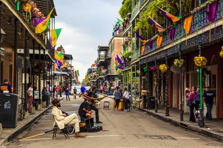 New Orleans, Louisiana USA- 2 februari 2016: een niet geïdentificeerde lokale jazz band presteert in de New Orleans op, tot grote vreugde van de bezoekers in de stad