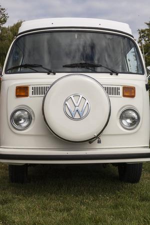 """VICTORIA KANADA - 10. Juli 2016: Volksfest """"Oldtimern zeigen"""" eine Reihe von Volkswagen Retro Oldtimer, Split Bus auf Ausstellung. Einige waren neuwertige einige nur zeigte sich - aber die Kultur lebt weiter!"""