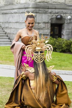 pantomima: VICTORIA AC CANADÁ DE JULIO DE 12 2016: Amazing Thailand en Victoria, BC en el edificio del Parlamento. bailes tradicionales, música clásica y el desfile de moda tailandesa. Presentado por el Consulado Real de Tailandia. Editorial
