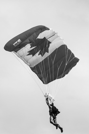 caida libre: SPRINGBANK CANADÁ 20 JUL 2015: Salón Internacional de Aire y Casa Abierta para el canadiense, EE.UU. y aviones militares y civiles actuales e históricos británicos. También hubo numerosos vuelos también.
