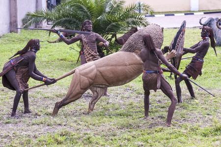 Arusha, Tanzania 20 DE MAYO DE 2013: El espacio abierto Museo / Exposición, en Arusha tiene una rica colección de fauna local, la fauna y el folclore, así como la historia local como caza del león.