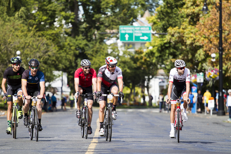 VICTORIA CANADA AUG 21 16: Cyclists all age and gender at the start line in the Tour DE Victoria 140, 90, 45 km routes with world-class cycling routes and breathtaking sceneries. Public event. 新闻类图片