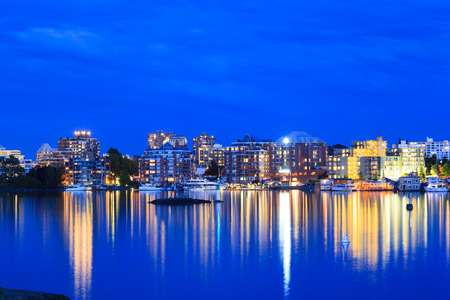 actividades recreativas: VICTORIA, BC, CANADA - MAY 17 2016: Night view of the Inner Harbor Downtown. Tourists strolling the causeway. This waterfront is the location of many tourist attractions and recreational activities. Editorial