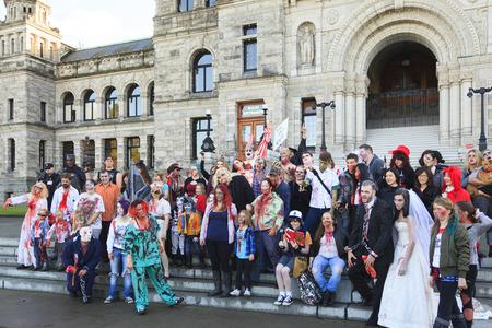 VICTORIA CANADÁ-OCT-29 de 2016: Zombies hacerse cargo de la Victoria centro de la ciudad durante el 2016 Zombie Walk II. jóvenes en trajes de zombie participantes. Zombie Walk es un evento anual en Victoria. Foto de archivo - 65918679