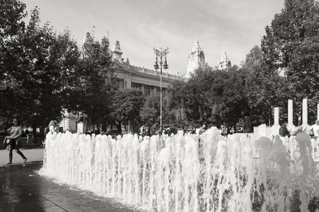 BUDAPEST HUNGARY 28 SEPT 2016: Dancing fountains in Liberty Square This is the place to sit down, relax and enjoy the view before carrying on with the strenuous activity of sightseeing. 報道画像