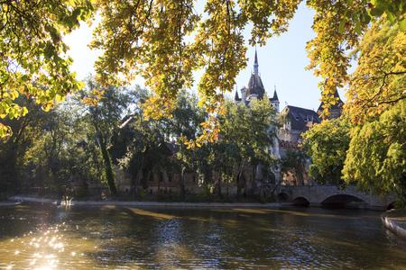 Budapest, Hongrie - 23 septembre 2016: Touriste visitant le château de Vajdahunyad dans le parc de la ville de Budapest. Il est conçu dans différents styles: roman, gothique, Renaissance et baroque.