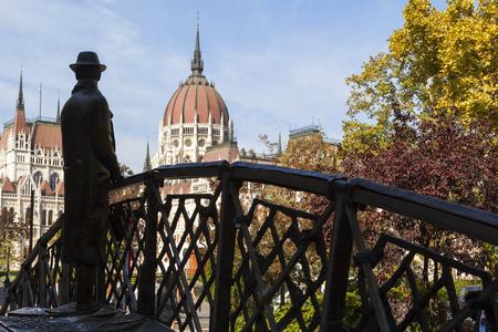BUDAPEST HONGRIE 28 SEPT 2016: Statue commémorative d'Imre Nagy, debout sur un pont en arc symbolique et regardant vers le Parlement hongrois. Installé en 1996 à Budapest. Banque d'images - 79689938