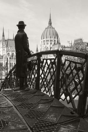 BUDAPEST HONGRIE 28 SEPT 2016: Statue commémorative d'Imre Nagy, debout sur un pont en arc symbolique et regardant vers le Parlement hongrois. Installé en 1996 à Budapest. Banque d'images - 79689939