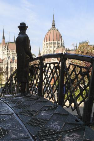 BUDAPEST HONGRIE 28 SEPT 2016: Statue commémorative d'Imre Nagy, debout sur un pont en arc symbolique et regardant vers le Parlement hongrois. Installé en 1996 à Budapest. Banque d'images - 79689941