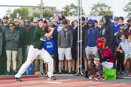ビクトリア BC カナダ8月 23 17: オグデンポイントでホームランダービーの正体不明の選手は、野球カナダシニア Men' s の国民をオフに蹴ります。