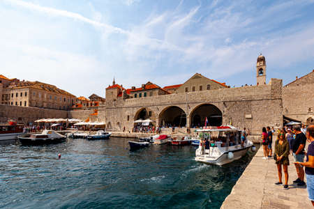Dubrovnik Croatian Sept. 14 2019: Beautiful sunny day over the bay in front of old town of Dubrovnik as tourists are strolling the ancient city. 新聞圖片