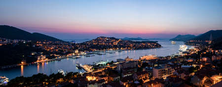 Dubrovnik West harbor Croatia sept 14, 2019: Panoramic view-at night-over the West harbor from the hillside. 新聞圖片
