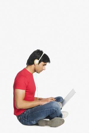 Man aan het werk op een laptop Stockfoto
