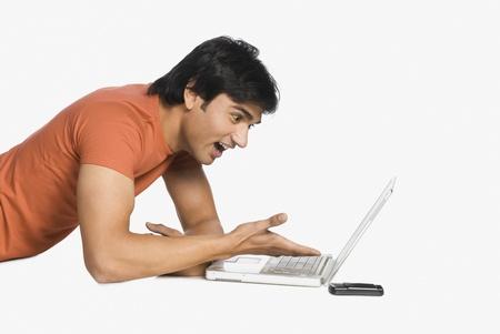 unbelievable: Hombre trabajando en un ordenador port�til y sorprendido