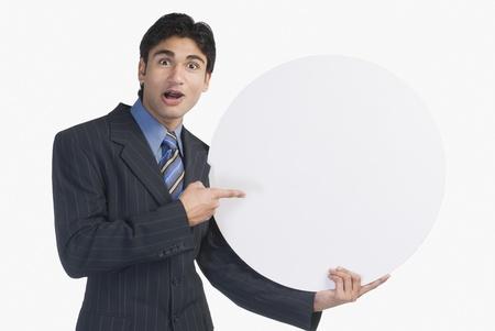 Homme d'affaires tenant une pancarte blanche Banque d'images - 10123423