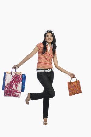 Vrouw boodschappentassen uitvoering en glimlachen