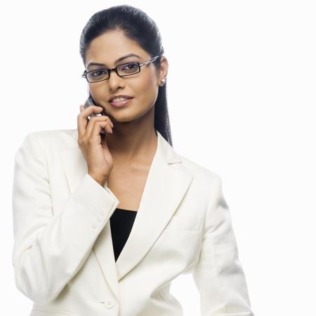 Portrait d'une femme d'affaires parlant sur un t�l�phone mobile Banque d'images - 10126304