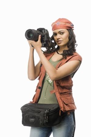 디지털 카메라와 함께 여성 사진 촬영