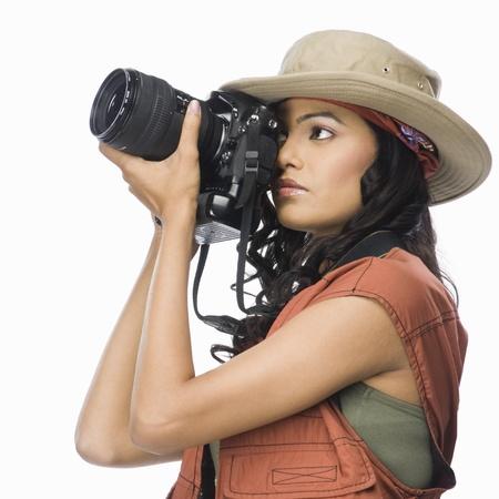 디지털 카메라로 촬영하는 여성 사진 작가 스톡 콘텐츠