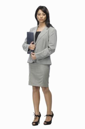 Ritratto di una donna d'affari in possesso di un file di