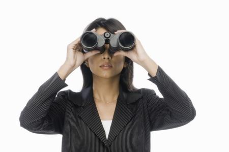観察: 双眼鏡で見ている実業家