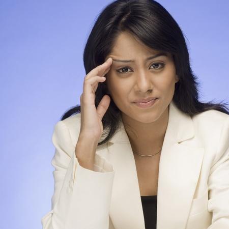 mujer decepcionada: Empresaria frustrada pensando