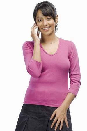 Portret van een jonge vrouw te praten op een mobiele telefoon