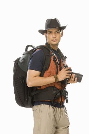 디지털 카메라를 들고 젊은 남성 작가의 초상화