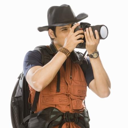 디지털 카메라와 함께 젊은 남성 사진 촬영