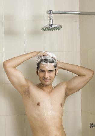 Gros plan d'un jeune homme de prendre une douche Banque d'images - 10123701