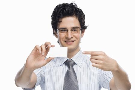 空白の名刺を示すビジネスマンの肖像画 写真素材