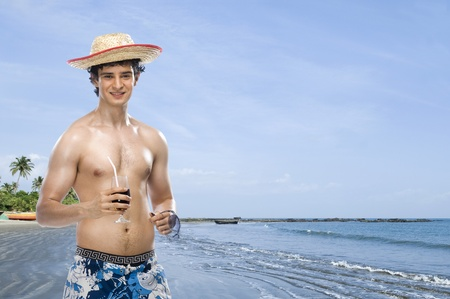 rfbatch15: Man drinking soft drink on the beach LANG_EVOIMAGES