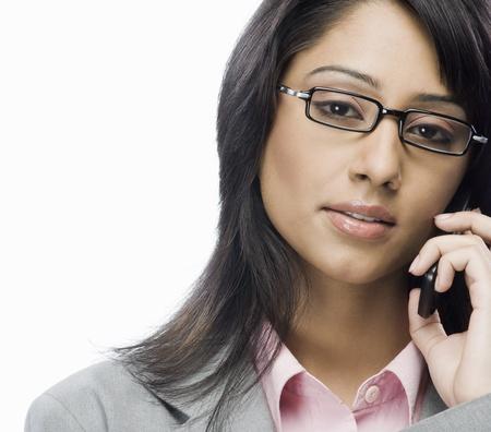 Portrait d'une femme d'affaires parlant sur un t�l�phone mobile Banque d'images - 10124949