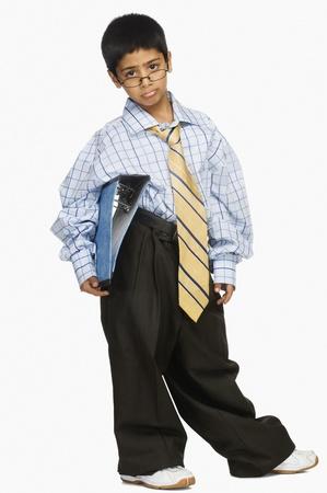 Portret van een jongen het dragen van oversized kleding en houden van een bestand