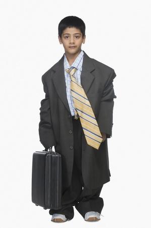 소년 대형 양복을 입고 서류 가방을 들고의 초상화