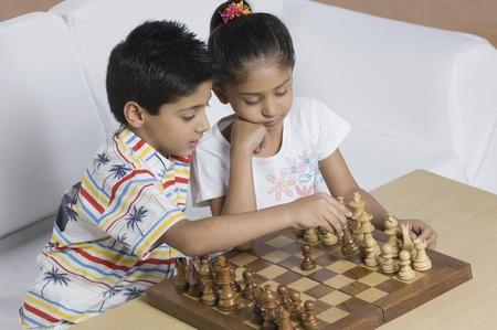 男の子とチェスをしている女の子