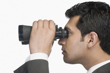 Homme d'affaires en regardant � travers des jumelles Banque d'images - 10124674