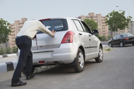 그의 차를 밀고 사업가