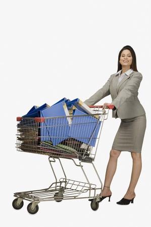 사업가 파일로 가득 쇼핑 카트를 밀고 스톡 콘텐츠