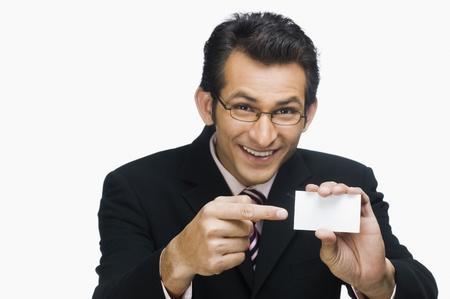 Portret van een zakenman met een visitekaartje