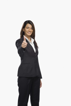 Portret van een zakenvrouw gebaren duimen omhoog teken Stockfoto