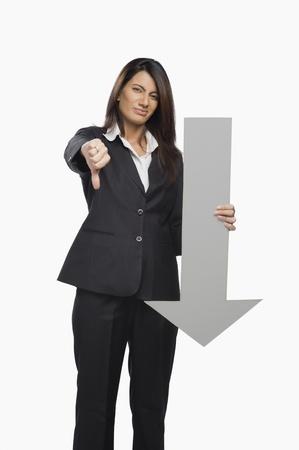Retrato de una mujer de negocios señalando el pulgar hacia abajo signo Foto de archivo - 10123969